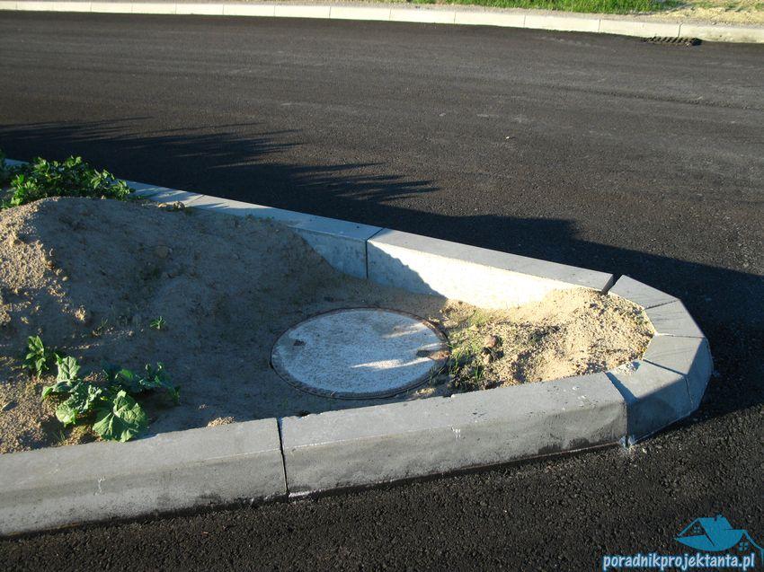 Studnia kanalizacyjna zlokalizowana poza jezdnią drogi
