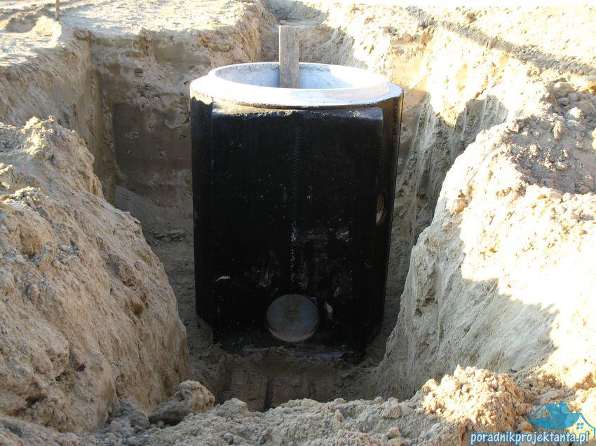 Studzienka kanalizacyjna przed zasypaniem