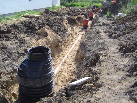 Przyłacza kanalizacyjne odprowadzające ścieki z poszczególnych elementów sanitarnych (fot. S. Wolny)