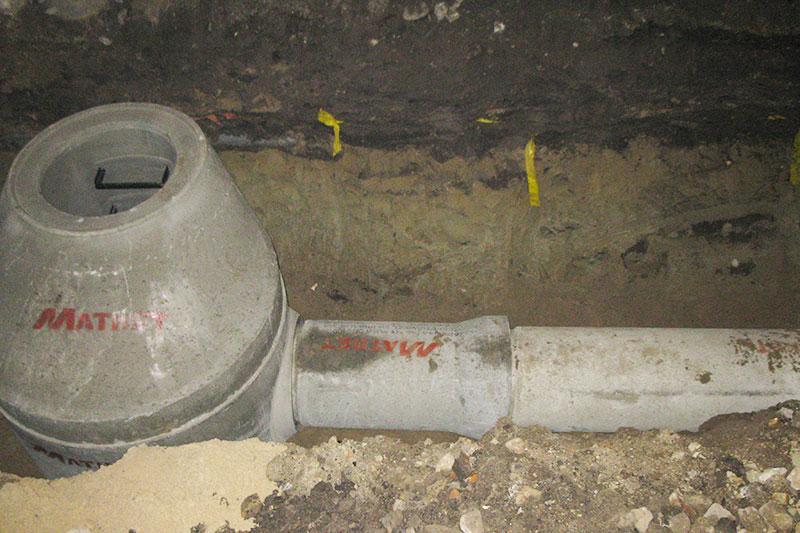Nowowybudowana kanalizacja deszczowa z rur betonowych