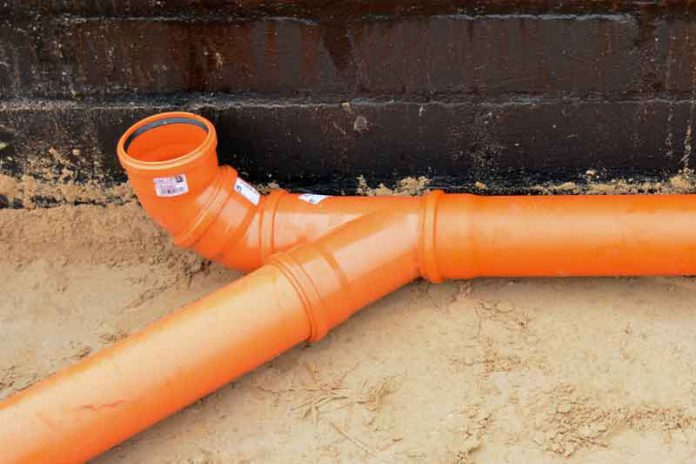 Wewnętrzna instalacja podposadzkowa kanalizacji sanitarnej w domu jednorodzinnym