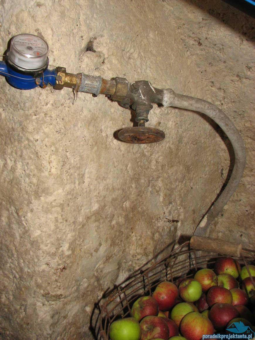 Przyłącze wodociągowe z ołowiu. Odcinek przez zestawem wodomierzowym. Pyszne polskie jabłka umyte wodą z ołowiem.
