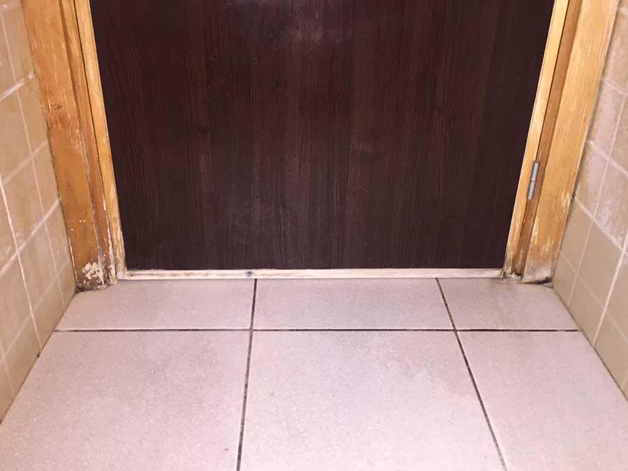 Przy częstym czyszczeniu i używaniu tanich środków chemicznych następuje pęcznienie drewna, środki chemiczne wsiąkają zarówno w drzwi jak i w futryny, szybko tracimy na estetyce i wyglądzie całej toalety.