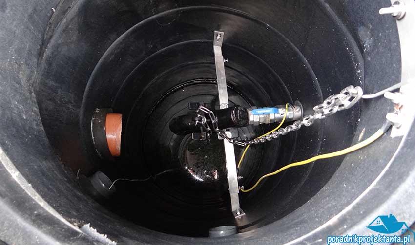 Przydomowa przepompownia ścieków. System z podłączeniem hakowym zamontowany jest w zbiorniku o średnicy 800mm do poprzecznej belki. Dzięki temu rozwiązaniu możliwe jest szybkie i łatwe podłączenie i rozłączenie pompy zatapialnej od rurociągu tłocznego.