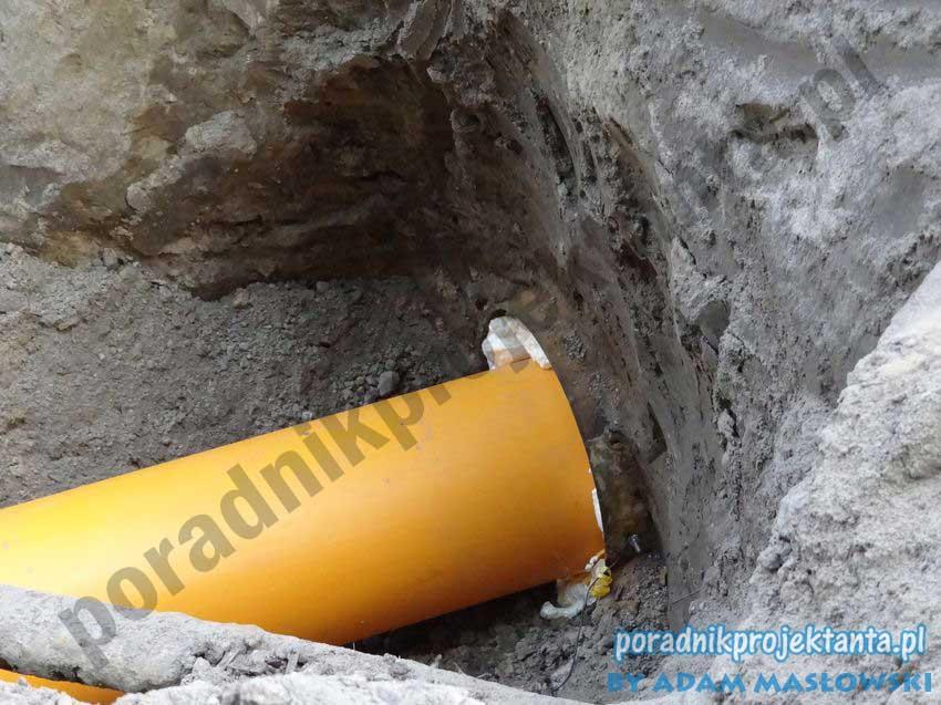 Budowa sieci gazowej - przejście w rurze ochronnej, końce rur wypełnione pianką poluretanową