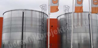 Dwa naziemne stalowe zbiorniki zapasu wody do celów przeciwpożarowych przy centrum budowlanym