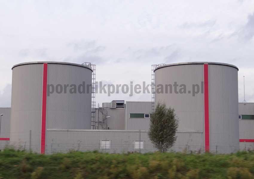 Dwa naziemne stalowe zbiorniki zapasu wody do celów przeciwpożarowych (do zasilania instalacji tryskaczowej) przy zakładzie produkcyjnym