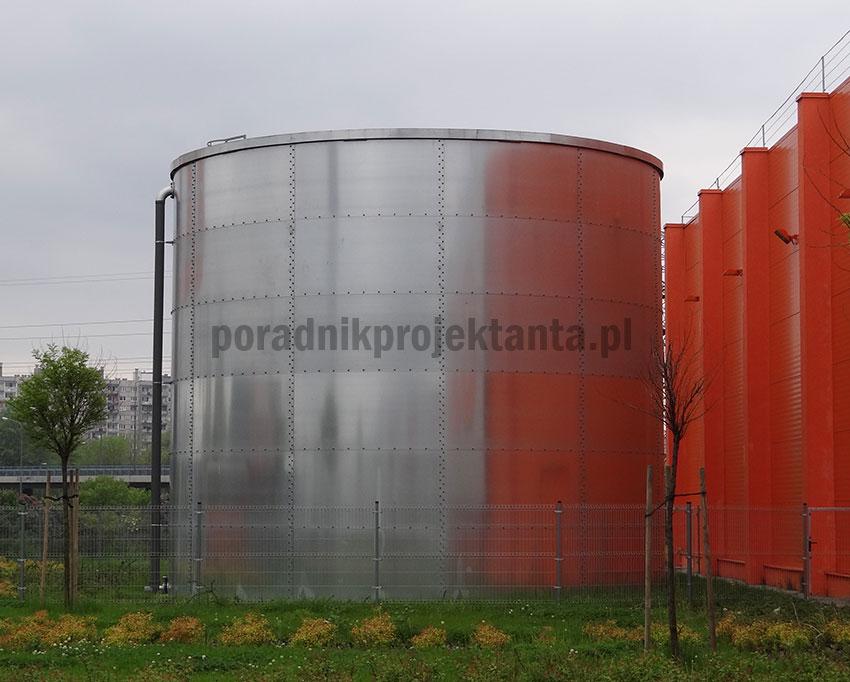 Naziemny stalowy zbiornik zapasu wody do celów przeciwpożarowych przy centrum budowlanym