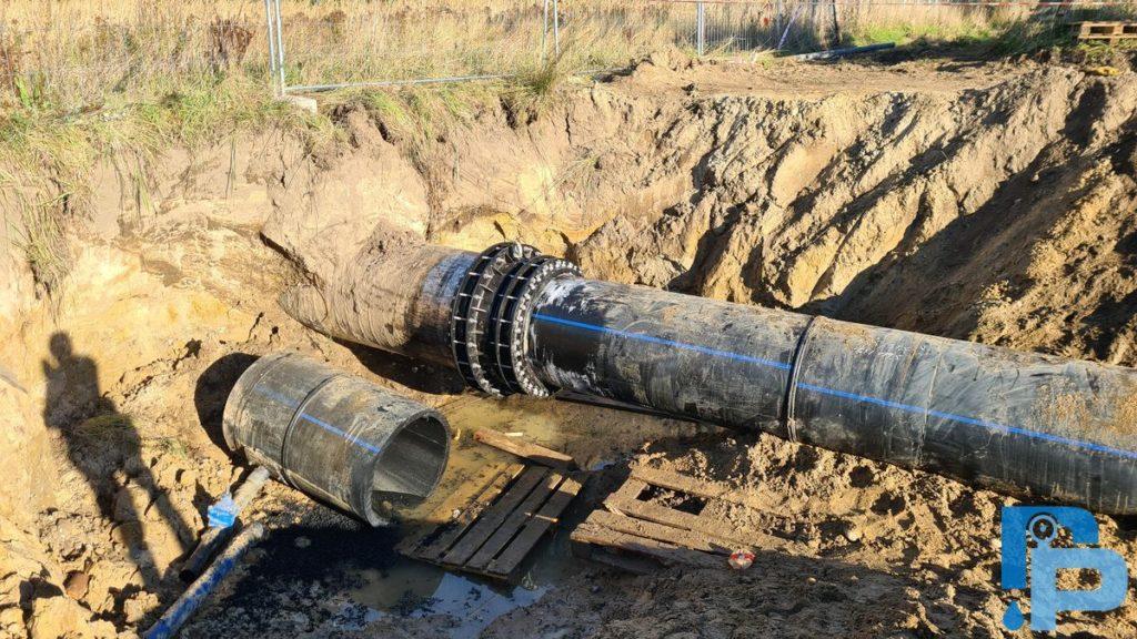 Przebudowa magistrali wodociągowej z rur stalowych DN900 na PE dn800 w Kołobrzegu - Łączniki redukcyjne podwójnie śrubowane MULIGRIP NSMGR-D PN16 (przejście stal900/PE800) wraz z tulejami wzmacniającymi.