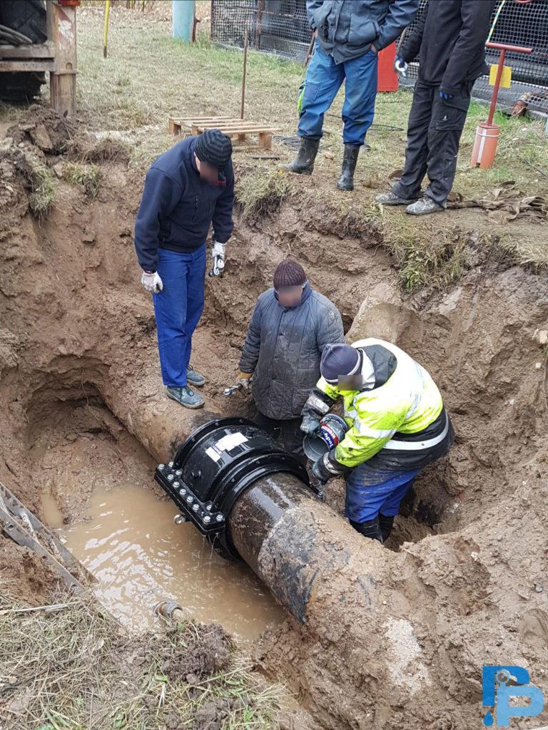 Naprawa cieknącego połączenia kielichowego na rurociągu żeliwnym DN500 w Gorzowie Wielkopolski. Obejma naprawcza DUOFIT.