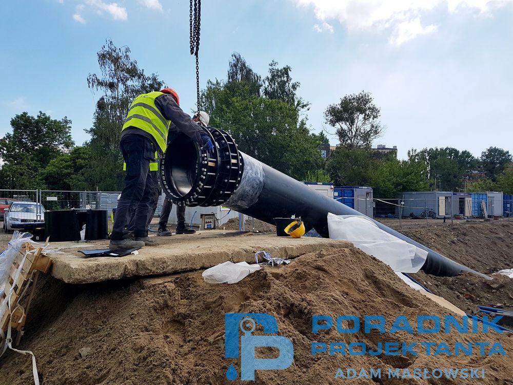 Montaż łączników rurowych podwójnie śrubowanych Nova Siria srl MGRF-D DN800, wraz z tulejami wzmacniającymi, na kolektorach kanalizacji tłocznej w Szczecinie, przez firmę OLE ze Szczecina. Łączniki zamontowano na rurze PE DN800 firmy Uponor Polska.